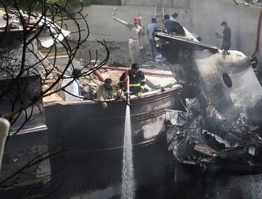 FOTO: Pesawat Pakistan Jatuh di Karachi, 97 Orang Tewas