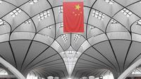 Pejabat keamanan melakukan tur Terminal Bandara Internasional Daxing Beijing, China, Selasa (9/7/2019). Bandara Internasional Daxing Beijing didesain oleh mendiang arsitek Zaha Hadid. (GREG BAKER/AFP)