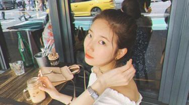Gadis yang memiliki nama panggung Suzy ini lahir pada 10 Oktober 1994. Suzy mengawali karirnya dengan debut sebagai salah satu personil girl group Miss A. (Liputan6.com/IG/skuukzky)