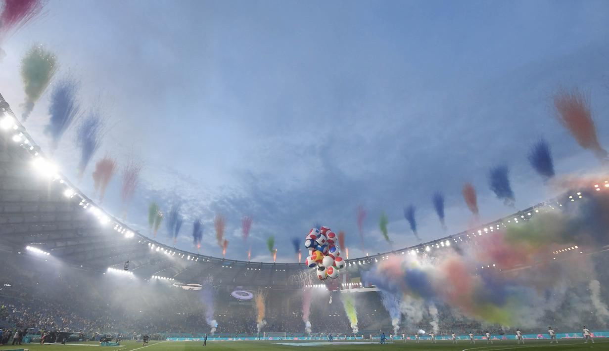 Kembang api warna warni memeriahkan upacara pembukaan sebelum pertandingan sepak bola Grup A EURO 2020 antara Turki melawan Italia di Stadion Olimpico, Roma. (Foto: AFP/Pool/Alberto Lingria)