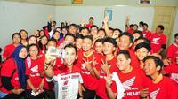 Gerry Salim sedang berfoto bersama siswa SMA GIKI 2 Surabaya