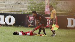 Pemain STKIP Mega Resky membantu pemain STIMED Nusa Palapa yang cidera pada laga Torabika Campus Cup 2017 di Stadion UNM, Makassar, Kamis, (19/10/2017). STIMED Nusa Palapa menang adu penalti atas STKIP Mega Resky. (Bola.com/M Iqbal Ichsan)