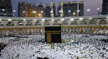 Ribuan umat muslim dari penjuru dunia melaksanakan salat di Masjidil Haram, Makkah, Arab Saudi pada Minggu (26/5/2019). Ramadan adalah bulan istimewa bagi umat Islam, banyak orang berlomba–lomba melakukan amalan ibadah sebanyak–sebanyaknya salah satunya  umrah. (REUTERS/Waleed Ali)