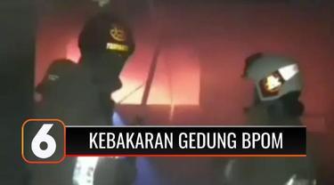 Kebakaran melanda salah satu ruangan di Gedung Badan Pengawas Obat dan Makanan atau BPOM, di Jalan Percetakan Negara, Johar Baru, Jakarta Pusat, Minggu malam (18/7). Belum diketahui penyebab kebakaran, namun ada dugaan kebakaran akibat penggantian pa...