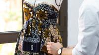 Rancangan desainer Maria Grazia Chiuri untuk koleksi rumah mode Christian Dior yang memanfaatkan wax print ala Afrika dengan motif disebut mirip batik. (dok. Twitter @Dior)