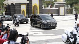 Perdana Menteri Malaysia Muhyiddin Yassin dalam iring-iringan mobil meninggalkan Istana Nasional setelah bertemu dengan raja di Kuala Lumpur, Malaysia, Senin (16/8/2021). Sebelumnya, Muhyiddin dilantik pada Maret 2020 usai melalui drama poitik dengan mengkhianati Mahathir Mohamad. (AP Photo/FL Wong)
