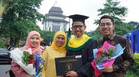 Gubernur Jawa Timur Khofifah Indar Parawansa menghadiri wisuda putra ketiganya. (dok. Tim Khofifah)