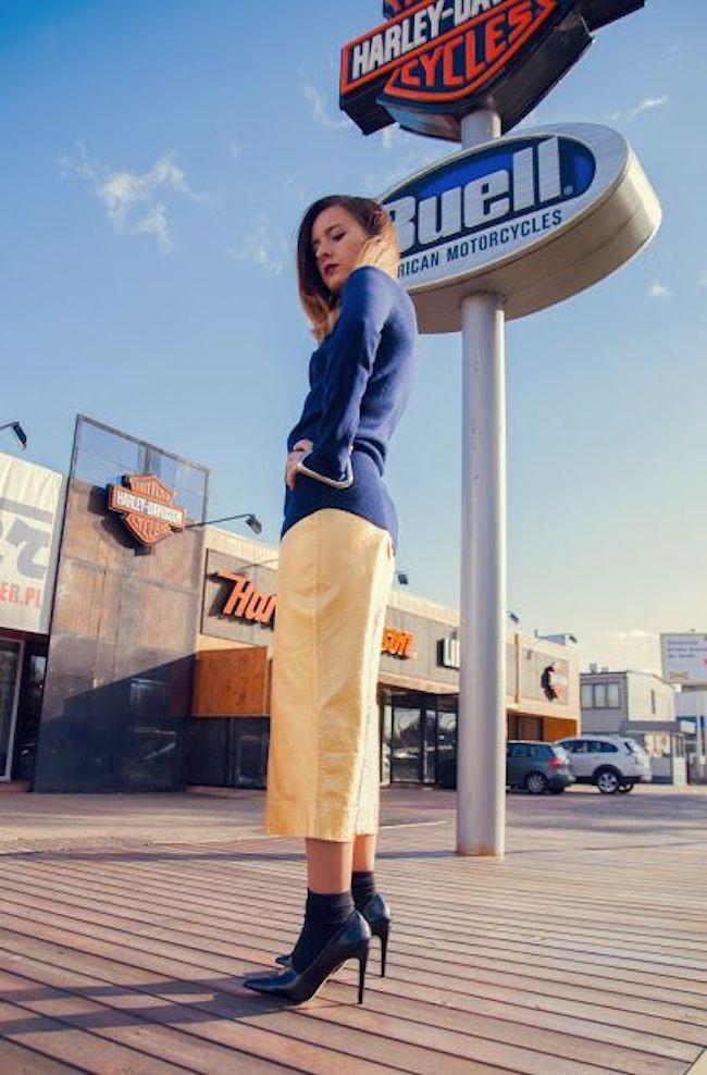 Mix and match kaos kaki dengan heels favoritmu. (sumber foto: style-on.pl/pinterest)