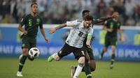 Gelandang Argentina, Lionel Messi, berusaha melewati gelandang Nigeria, Bryan Idowu, pada laga grup D Piala Dunia di Stadion St Petersburg, St Petersburg, Selasa (26/6/2018)/ Argentina menang 2-1 atas Nigeria. (AP/Dmitri Lovetsky)