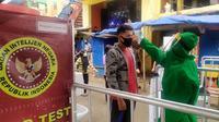 BIN menggelar rapid test dan swab test terhadap pedagang dan pengunjung Pasar Ciawi, Bogor, Sabtu (4/7/2020). Tes massal ini dilakukan untuk memutus rantai penyebaran virus corona Covid-19. (Liputan6.com/Achmad Sudarno)