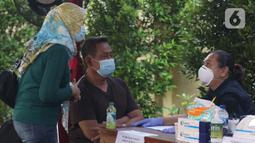 Supeno Hendri Kiswanto (tengah), ayah dari Okky Bisma korban kecelakaan pesawat Sriwijaya Air SJ 182, saat mengurus pengambilan jenazah Okky Bisma di Posko Ante Mortem, RS Bhayangkara RS Sukanto, Jakarta, Rabu (13/1/2021). Jenazah akan diambil pada Kamis (14/1). (Liputan6.com/Helmi Fithriansyah)