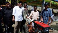 Menteri Desa, PDT dan Transmigrasi Marwan Jafar (kemeja putih) menyerahkan hand tracktor kepada perwakilan dua lelompok tani di Desa Huntu Barat, Bulango Selatan, Bone Bolango, Gorontalo, Minggu (10/1/2016). (Foto; Wahyu Wening/Humas Kemendes)