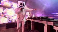 Aksi DJ Marshmello saat tampil di panggung Sahara pada hari ke 3 Coachella Valley Music & Arts Festival (Minggu kedua) di Empire Polo Club pada tanggal 23 April 2017 di Indio, California, AS (23/4). (Christopher Polk / Getty Images untuk Coachella / AFP)