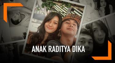 Kabar bahagia datang dari pasangan Raditya Dika dan Anissa Aziza. Keduanya dikaruniai anak pertama yang diberi nama Alinea Ava Nasution.