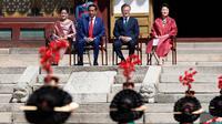 Presiden Jokowi bersama Presiden Korea Selatan Moon Jae-in didampingi Ibu Negara Iriana Joko Widodo dan Ibu Negara Kim Jung-sook disuguhi kesenian korea saat upacara penyambutan di istana Changdeokgung, Seoul, Senin (10/9). (Jeon Heon-kyun/Pool via AP)