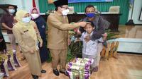 Wali Kota Malang, Sutiaji, memberikan bantuan pangan non tunai daerah (BPNTD) secara simbolis sebagai tanda bantuan mulai disalurkan ke warga miskin (Humas Pemkot Malang)