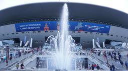 Tidak terlalu jauh saya melangkahkan kaki untuk sampai di Stadion Krestovsky yang juga merupakan kandang dari klub St Petersburg. Air mancur yang terletak di depan stadion menambah indah suasana. (Bola.com/Okie Prabhowo)