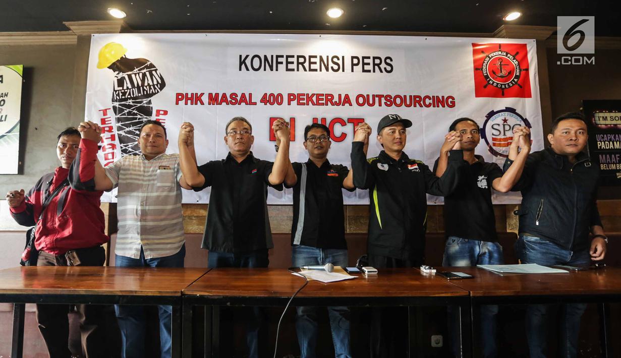 Serikat Pekerja Container, Serikat Pekerja JICT serta Serikat Pekerja Pelindo II mengangkat tangan seusai konferensi pers di Jakarta, Selasa (26/12). Dalam keterangannya mereka menolak PHK Masal pekerja Outsourcing di JICT. (Liputan6.com/Faizal Fanani)