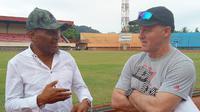 Ketua Umum Persipura Jayapura, Benhur Tomy Mano, bersama pelatih anyar Mutiara Hiitam, Peter Butler, di Stadion Mandala, Jayapura. (Instagram)