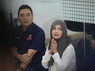Vanessa Angel menggelar syukuran bersama anak yatim di Apartemen Brawijaya, Jakarta Selatan kemarin (3/7/2019). Syukuran ini dilakukan Vanessa Angel sebagai wujud syukur dirinya telah bebas dari penjara. Dengan memakai hijab berwarna hitam, Vanessa terlihat menawan (KapanLagi.com/Bayu Herdianto)