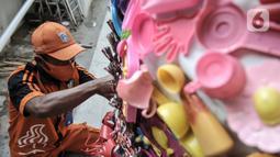Petugas PPSU menyelesaikan pembuatan ondel-ondel dari limbah plastik di Kantor Kelurahan Kemayoran, Jakarta, Senin (3/8/2020). Proses pembuatan ondel-ondel tersebut cukup lama karena dikerjakan pada saat waktu luang usai jam kerja. (merdeka.com/Iqbal S. Nugroho)