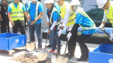 Menteri BUMN Rini M Soemarno meresmikan topping off atau pengecoran struktur bagian atas bangunan multifunction hall Inaya Bay Komodo yang berada di Kawasan Terpadu Marina, Labuan Bajo, Manggarai Barat, NTT, Minggu (6/10/2019).Liputan6.com/Ola Keda