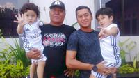 Rudy William Keltjes bersama putranya, Steven Keltjes, dan cucu-cucunya. (Bola.com/Robby Firly)