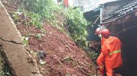 Musibah tanah longsor yang diakibatkan hujan deras kembali terjadi di Kota Depok. Longsor terjadi kali ini di RT4/7, Kelurahan Pasir Gunung Selatan, Kecamatan Cimanggis.