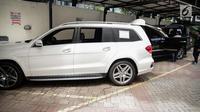 Mobil Mercedes Benz yang akan dilelang terparkir di halaman Gedung KPK lama, Jakarta, Senin (20/11). Kendaraan mewah milik terpidana korupsi tersebut akan dilelang KPK 24 November 2017. (Liputan6.com/Faizal Fanani)
