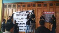 Pengemudi Gojek dan Grab menyegel kantor di Purwokerto, protes agar tuntutannya dipenuhi. (Foto: Liputan6.com/Nanang Supriyadi untuk Muhamad Ridlo)