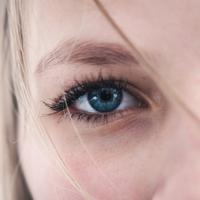 Hilangkan lingkar hitam di mata dengan cara praktis dan alami. (unsplash.com)