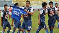 Pemain arema merayakan gol untuk Aremania saat melawan Bali United di Stadion Kanjuruhan, Malang, Sabtu (20/10/2018). (Bola.com/Iwan Setiawan)