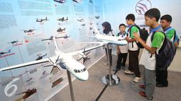 Sejumlah anak melihat pesawat pada pembukaan Habibie Festival di Jakarta, Kamis (11/8). Acara berlangsung pada 11-14 Agustus 2016 dengan berbagai acara, seperti pameran, talkshow, pelatihan, kompetisi, dan bazar. (Liputan6.com/Immanuel Antonius)