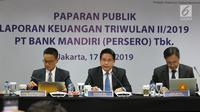 Direktur Bisnis dan Jaringan Hery Gunardi (tengah) saat memaparkan kinerja Bank Mandiri triwulan II-2019 di Jakarta, Rabu (17/7/2019). Pada paruh pertama 2019, Mandiri membukukan laba bersih konsolidasi Rp13,5 triliun, naik 11,1% yoy. (Liputan6.com/Angga Yuniar)