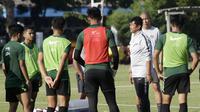 Kiper Timnas Indonesia U-23, Indra Sjafri, saat latihan di Lapangan G, Senayan, Jakarta, Senin (21/10). Latihan ini untuk persiapan jelang SEA Games 2019. (Bola.com/M Iqbal Ichsan)