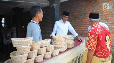 Capres nomor urut 01 Joko Widodo atau Jokowi (tengah) meninjau produk industri rotan rumahan di Desa Tegalwangi, Cirebon, Jawa Barat, Jumat (5/4). Jokowi ingin agar industri rotan tetap terjaga bahkan berkembang. (Liputan6.com/Angga Yuniar)
