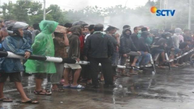 Warga desa di Sukoharjo, Jawa Tengah, rusak pos satpam PT Rayon Utama Makmur sebagai bentuk protes akibat limbah yang dihasilkan pabrik kapas sintetis tersebut.