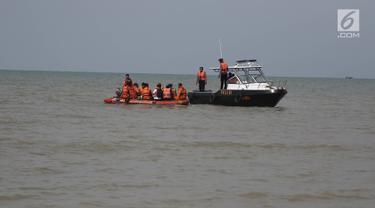 Petugas Basarnas dan Polisi bersiap menunggu evakuasi jenazah korban pesawat Lion Air JT 610 di Tanjung Pakis, Karawang, Jawa Barat, Senin (29/10). Pesawat Lion Air JT 610 dipastikan jatuh di laut utara Karawang. (Liputan6.com/Herman Zakharia)
