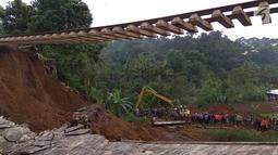 Suasana pencarian 5 korban yang tertimbun longsor di Kampung Maseng RT02/08, Desa Warung Menteng, Kecamatan Cijeruk, Selasa (6/2). Dua korban longsor berhasil dievakuasi oleh tim gabungan. (Liputan6.com/Achmad Sudarno)