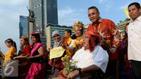Menteri Desa, PDT dan Transmigrasi Eko Sandjojo mendorong kursi roda budayawan Wimar Witoelar saat mengikuti pawai budaya memperingati Hari Internasional Masyarakat Adat se-Dunia di Bundaran HI, Jakarta, Minggu (7/8). (Liputan6.com/Angga Yuniar)