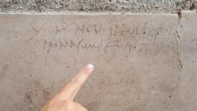 Sebuah prasasti arang yang ditemukan selama penggalian baru di Pompeii mendukung teori bahwa letusan Gunung Vesuvius yang menghancurkan Pompeii terjadi pada 17 Oktober 79 Masehi, bukan Agustus. (Kantor berita ANSA)