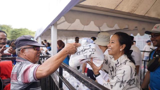 Menteri Rini Berikan Paket Sembako ke Warga Tambaksari, Surabaya