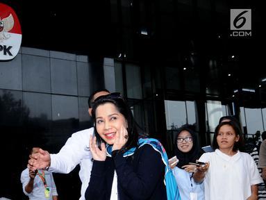 Penyanyi Istiningdiah Sugianto atau Iis Sugianto (tengah) keluar dari Gedung KPK usai diperiksa, Jakarta, Senin (15/1). Iis diperiksa diperiksa sebagai saksi untuk tersangka mantan Dirut Garuda Indonesia, Emirsyah Satar. (Liputan6.com/Helmi Fithriansyah)