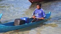Foto: Warga Pulau Pangabatang, Kabupaten Sikka, NTT mengarungi laut demi mendapat air bersih (Liputan6.com/Dion)