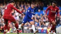 Gelandang Chelsea, Eden Hazard, berusaha melewati bek Liverpool, Virgil Van Dijk, pada laga Premier League di Stadion Stamford Bridge, London, Sabtu (29/9/2018). Kedua klub bermain imbang 1-1. (AFP/Glyn Kirk)