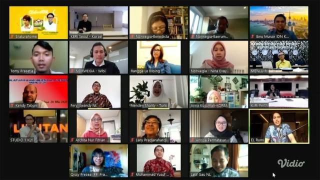 Menteri Luar Negeri RI Retno Marsudi bernyanyi bersama sejumlah WNI yang sedang berada di luar negeri. Mereka bernyanyi lagu 'Tanah Airku,' di penghujung acara SilaturaHOME KLY hari Rabu (28/5) siang.