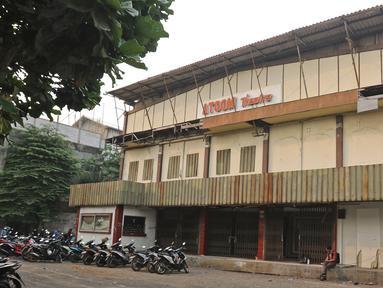 Suasana depan Atoom Theatre di kawasan Citeureup Kabupaten Bogor, Jawa Barat, Rabu (30/10/2019). Bioskop yang terbengkalai dari 1998 rencananya akan dijadikan pemutaran film karya sineas muda Joko Anwar dengan judul Perempuan Tanah Jahanam. (Liputan6.com/Herman Zakharia)