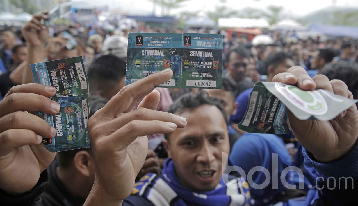 Antrean penonton pendukung Persib Bandung di Stadion SI Jalak Harupat jelang laga semifinal leg kedua Piala Presiden 2017 antara Persib Bandung vs Pusamania Borneo FC, Minggu (5/3/2017).  (Bola.com/Peksi Cahyo)