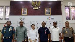 Menko PMK Puan Maharani bersama Menpan-RB yang juga sebagai CdM Asian Games 2018 Syafruddin foto bersama saat konferensi pers pasca penyelenggaraan Asian Games 2018 di kantor Kemenko PMK, Jakarta, Senin (3/9). (Liputan6.com/Johan Tallo)