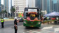 Jakmania yang menumpang bus tiba di Gelora Bung Karno, Rabu (10/7/2019). (Merdeka.com/Ronald)